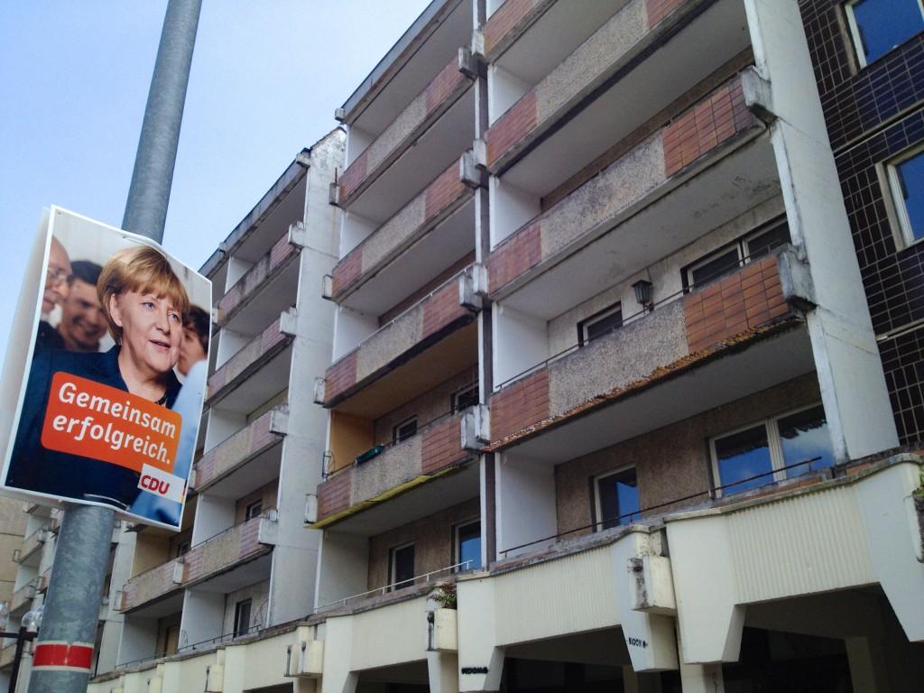 Wahlplakat der Kanzlerin vor beschaulicher Kulisse